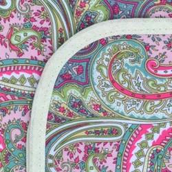 Mantel Impermeable arabesco tupido rosa y verde borde crema